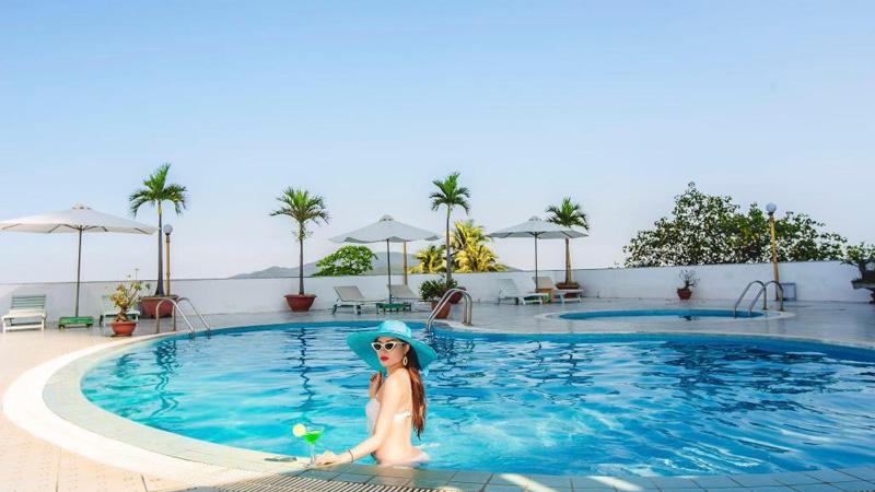 Bể bơi ở khách sạn Yasaka Sài Gòn Nha Trang