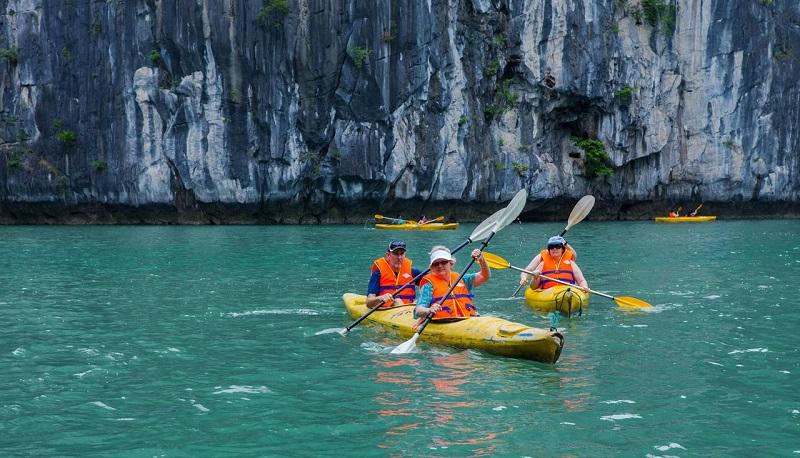 Chèo thuyền kayak trên du thuyền Syrena