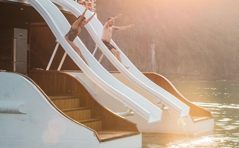 Máng trượt nước trên du thuyền catamaran