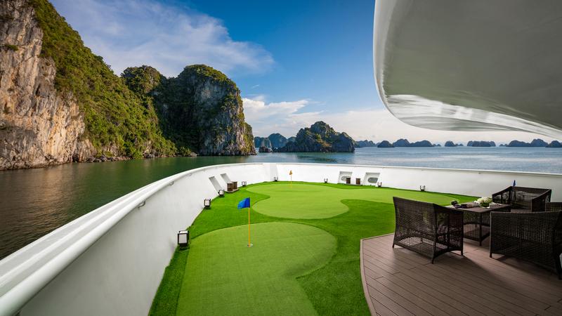 Sân golf mini trên du thuyền Stellar of the Seas