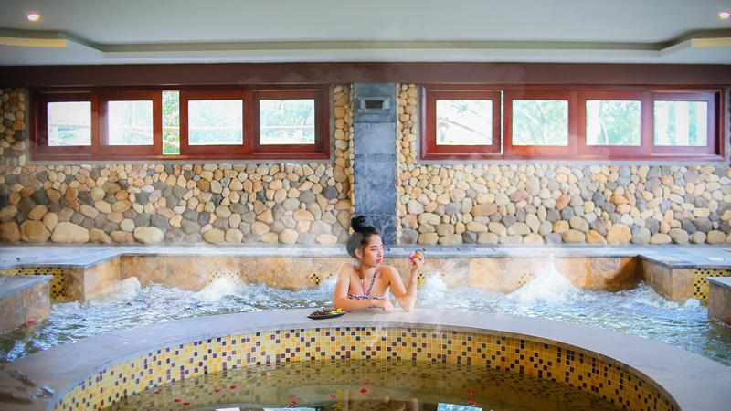 Thư giãn tại bể sục của Asean Resort & Spa Thạch Thất