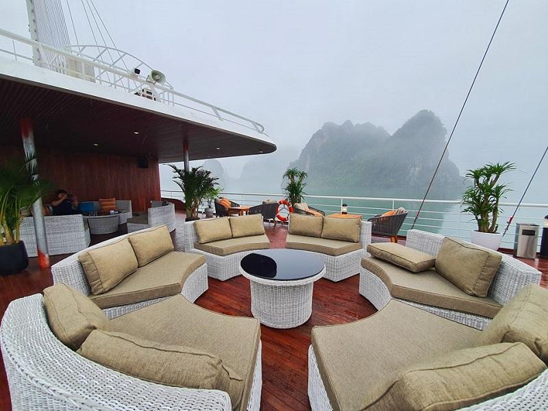 Khu vực sundeck trên du thuyền Catamaran