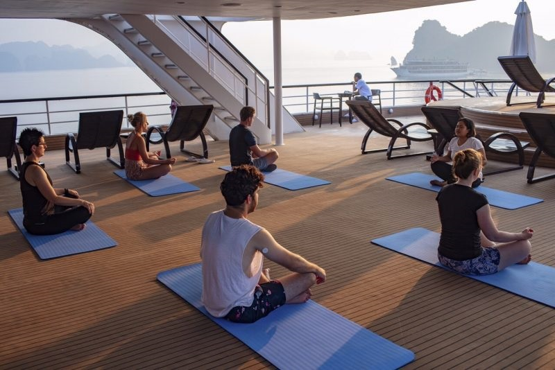 Tập yoga trên du thuyền Scarlet Pearl