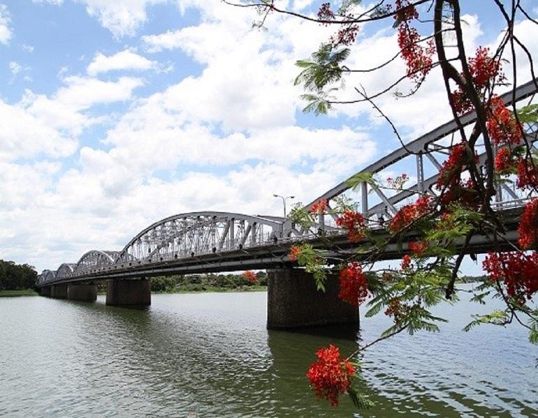 Cầu Tràng Tiền - biểu tượng của xứ Huế