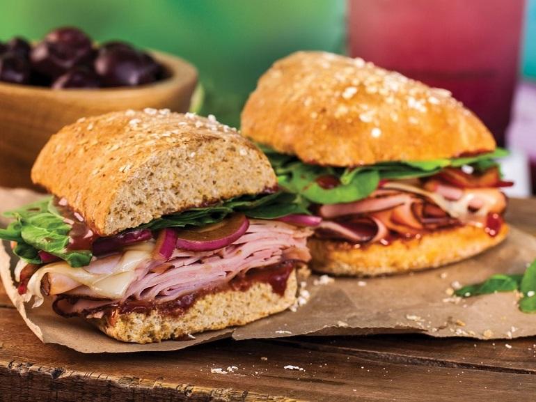 Bánh mì tròn kẹp bò muối ngon nổi tiếng ở London