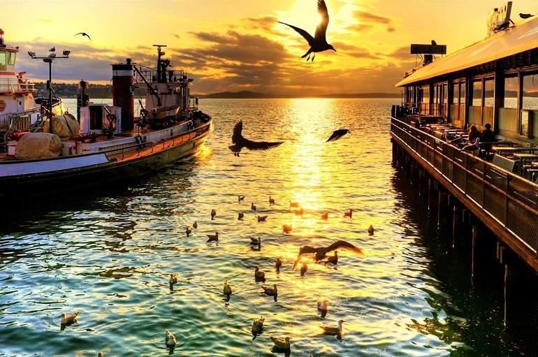 Cảng Seattle vào hoàng hôn.