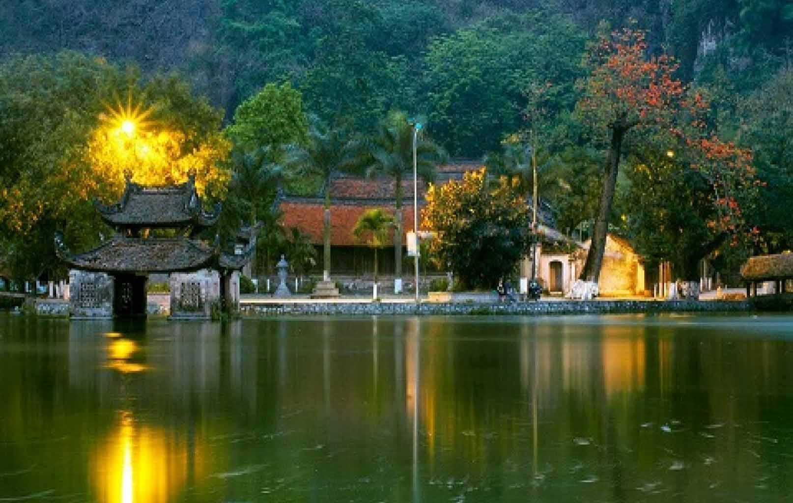 Toàn cảnh chùa Thầy nhìn từ xa