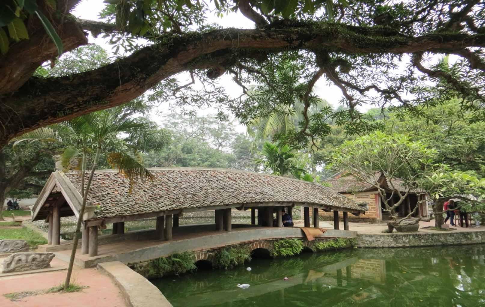 Cầu ngói trong khuôn viên chùa Thầy
