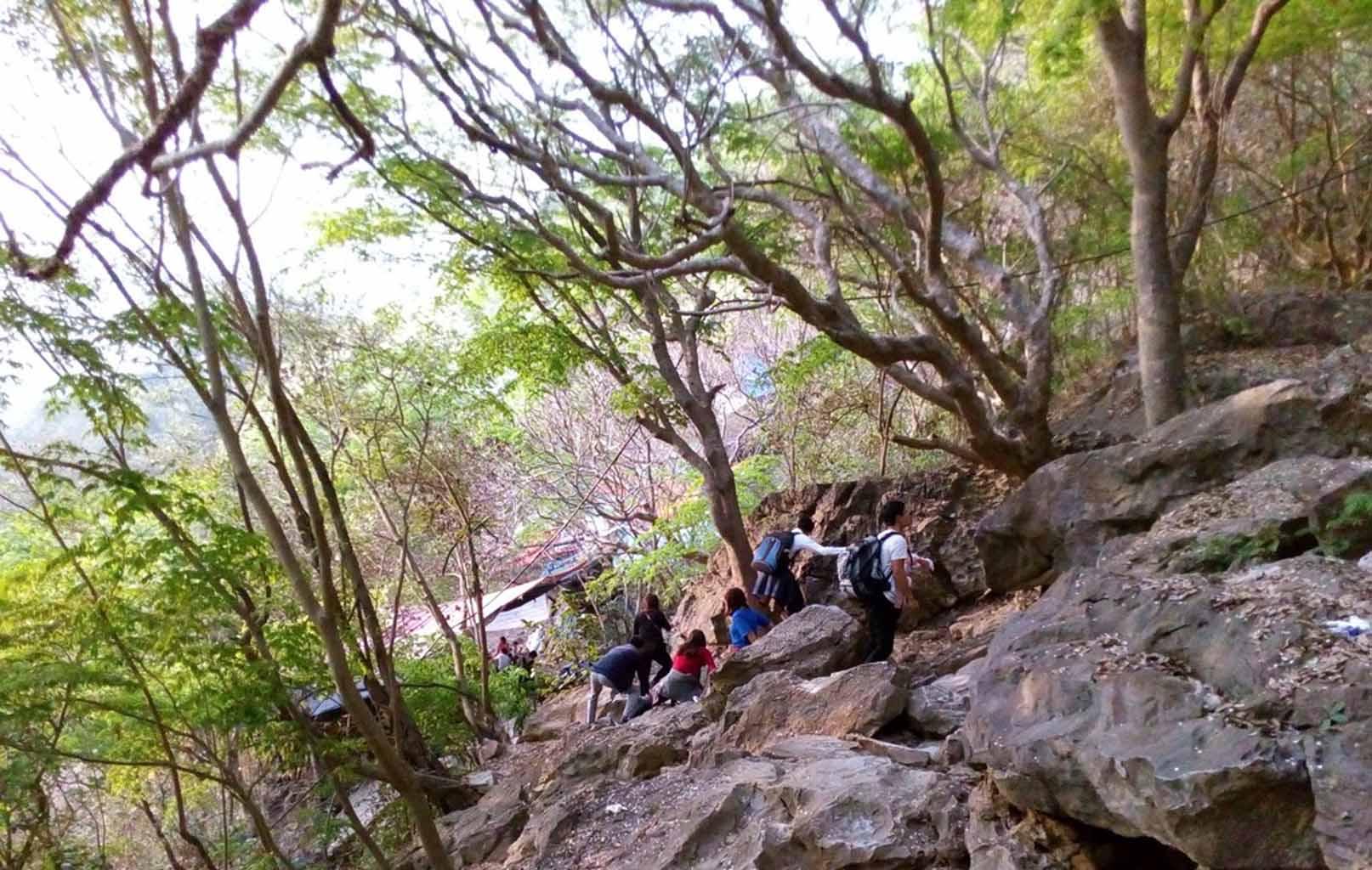 Đường vào hang Cắc Cớ, chùa Thầy