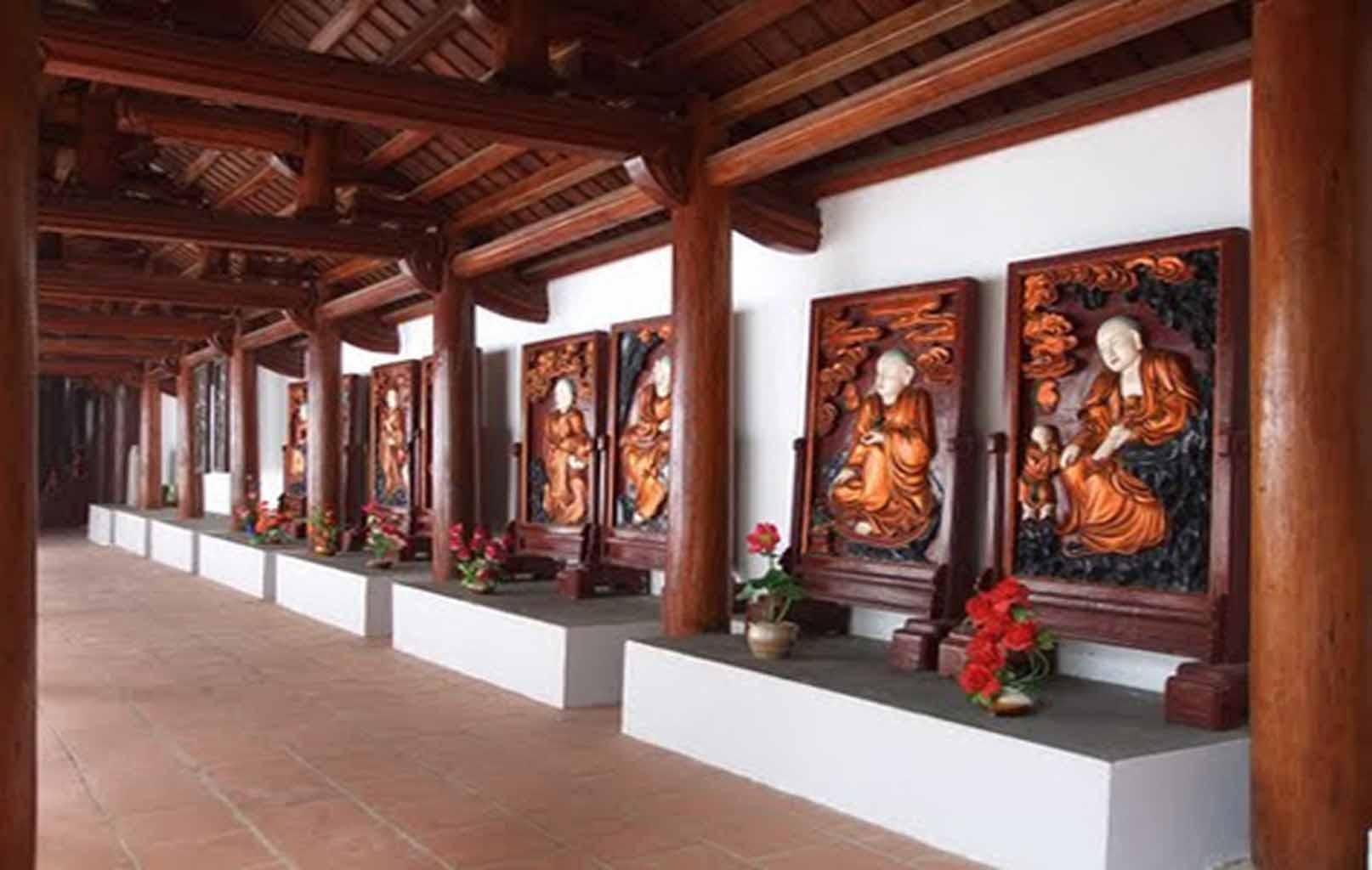 Khuôn viên chùa Trăm Gian