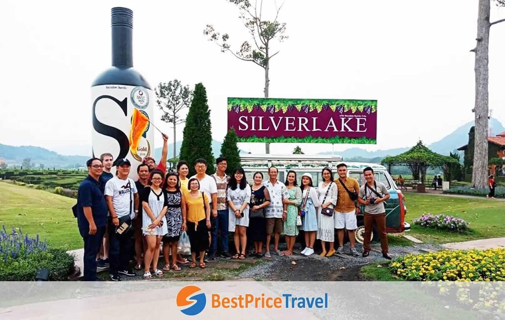Khách hàng BestPrice chụp hình lưu niệm tại Vườn Nho Silver Lake