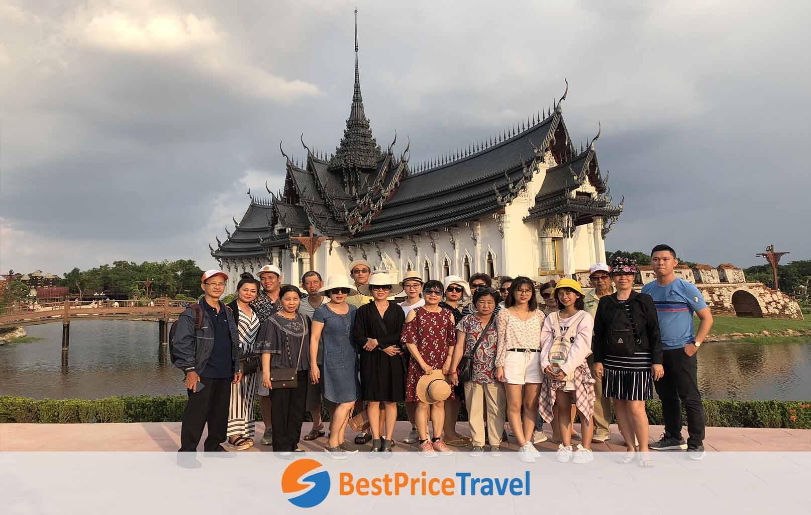 Khách hàng BestPrice chụp ảnh tại Muang Boran
