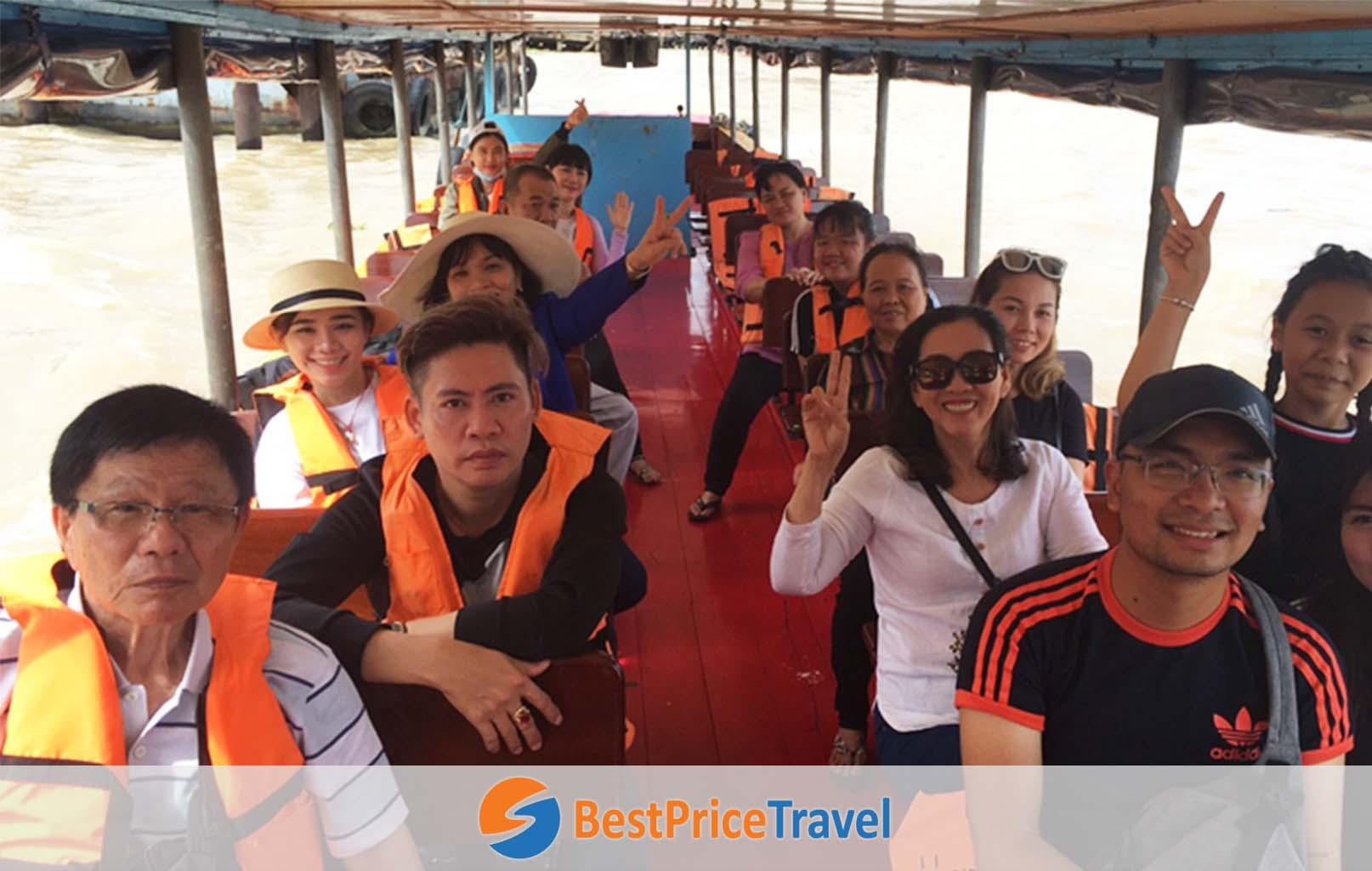 Khách hàng trên thuyền dạo sông Chao Phraya