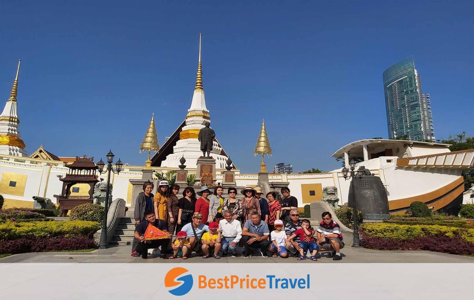 Hình ảnh khách hàng BestPrice tại chùa Thuyền