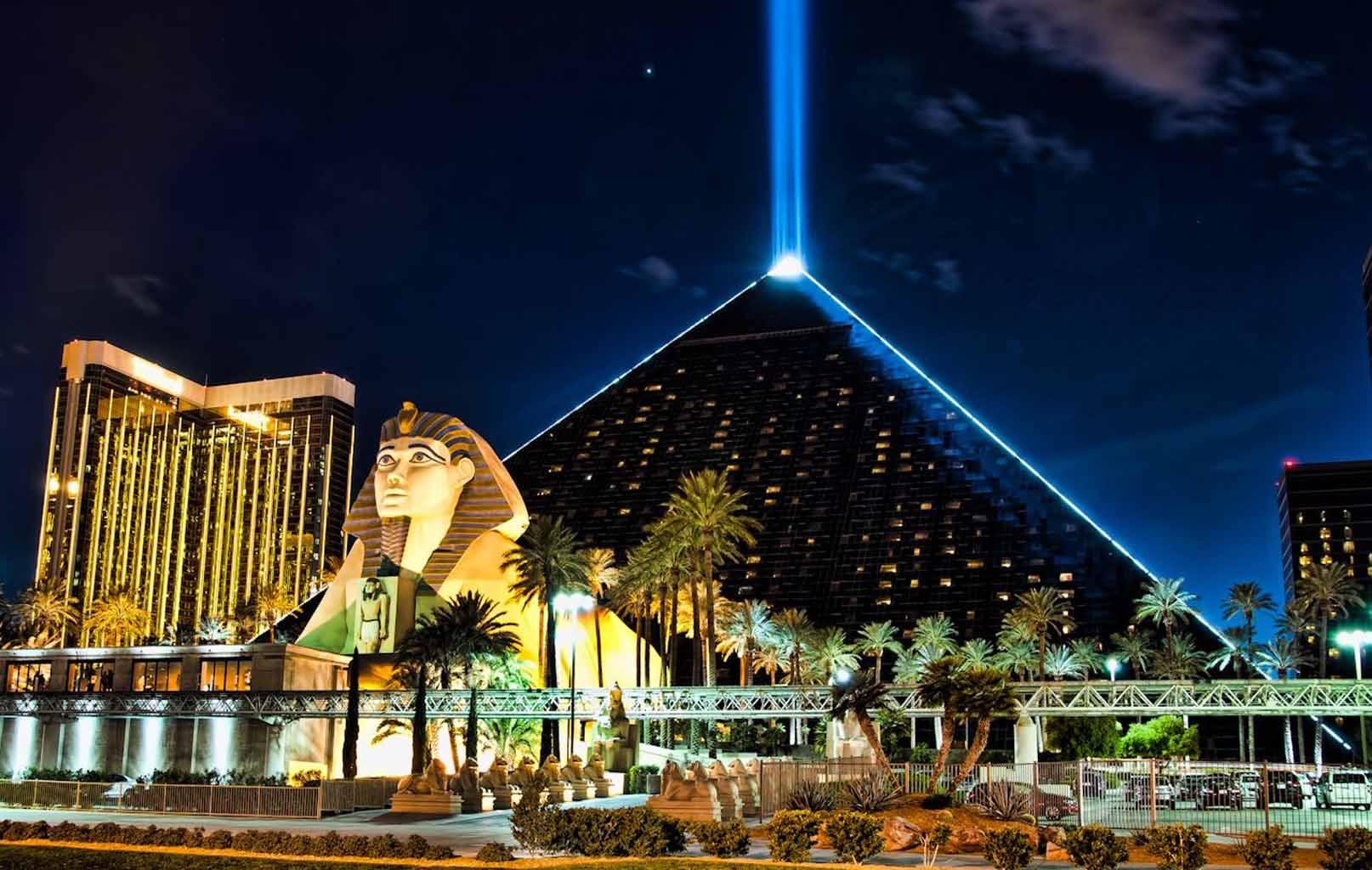 Luxur Hotel - ánh đèn rực sáng có thể nhìn thấy từ cách xa 40km trên đỉnh khách sạn