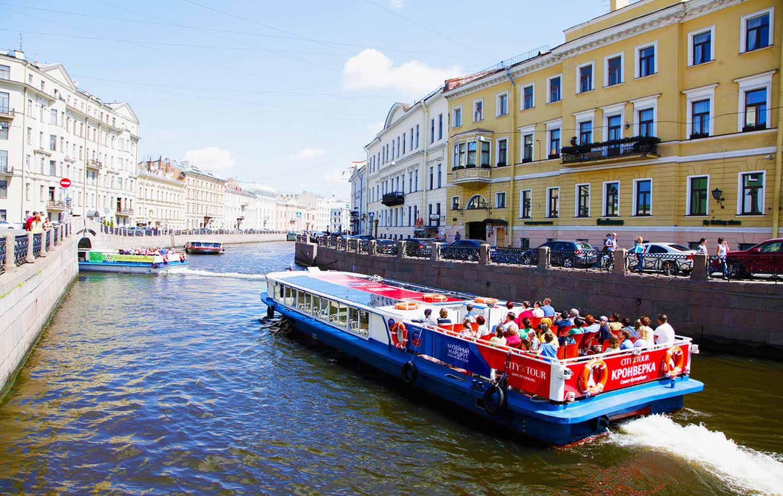 Đi thuyền trên dòng sông Neva