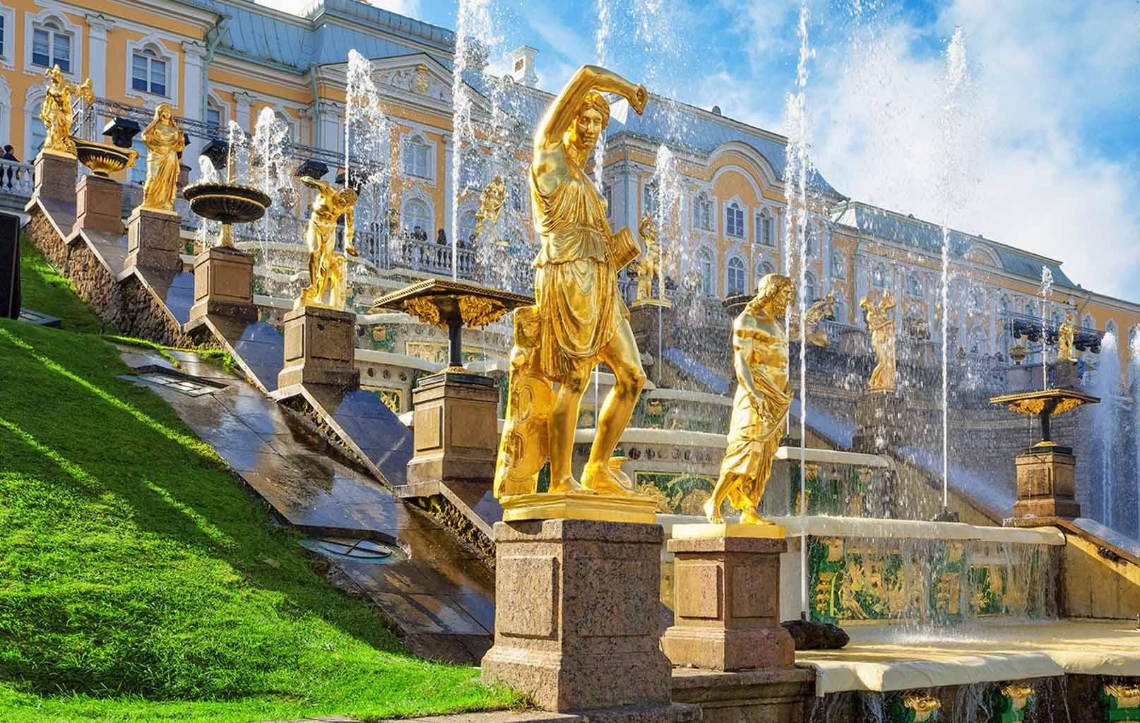 Những bức tượng ở cung điện Mùa Hè