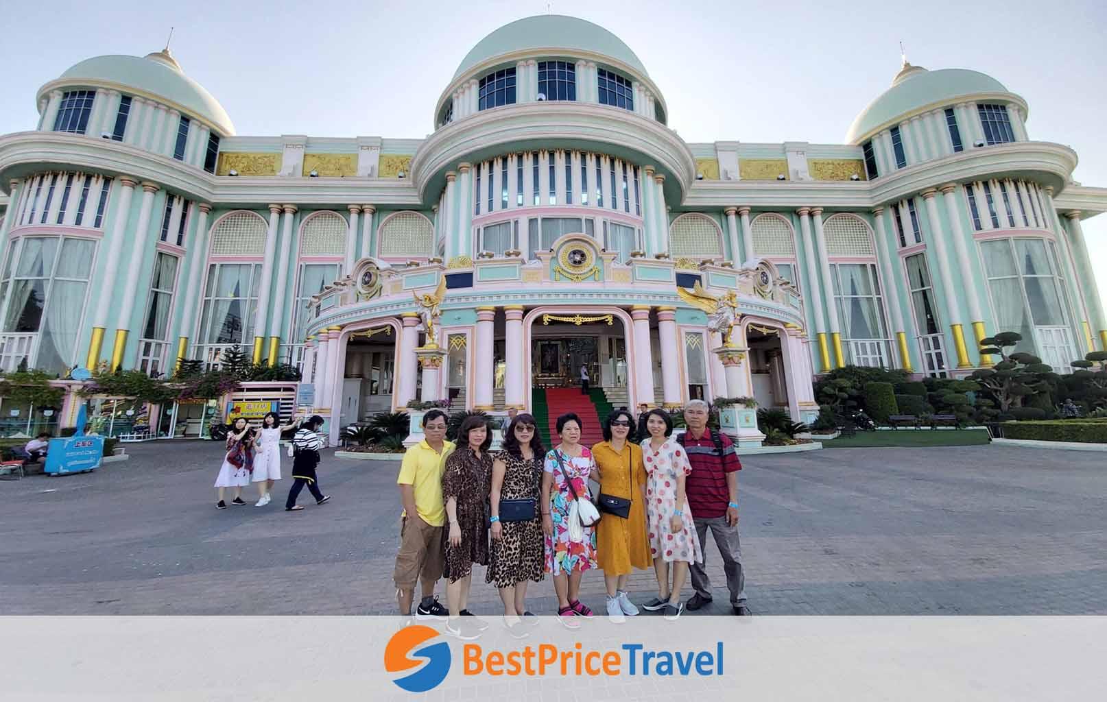 Khách hàng BestPrice chụp hình bên ngoài Lâu Đài Tỷ Phú